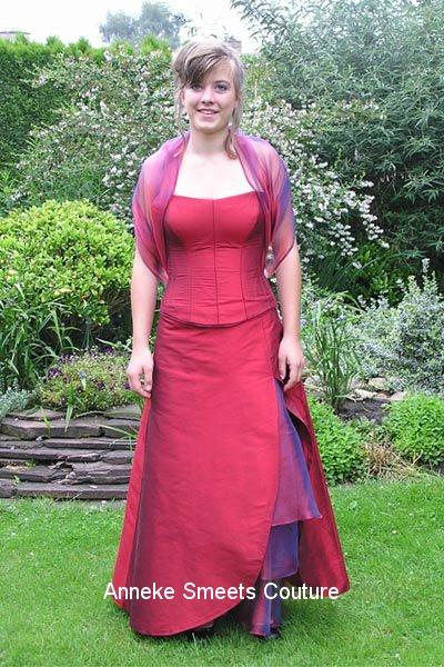 Avondjurk laten maken: zijde korset met lange losse rok