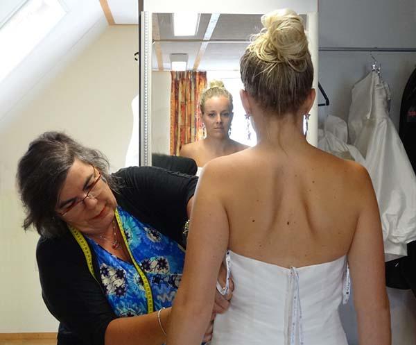 bruidsjurk verstellen